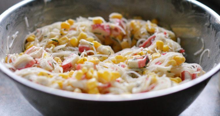 Sałatka makaronowa z surimi