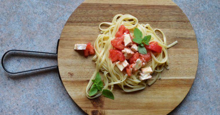 Letni makaron z pomidorami i camembertem