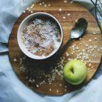 Nocna owsianka cynamonowa z jabłkami i brzoskwiniami
