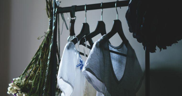 Porządki w szafie – jak pozbyć się ubrań bez wielkiej selekcji?