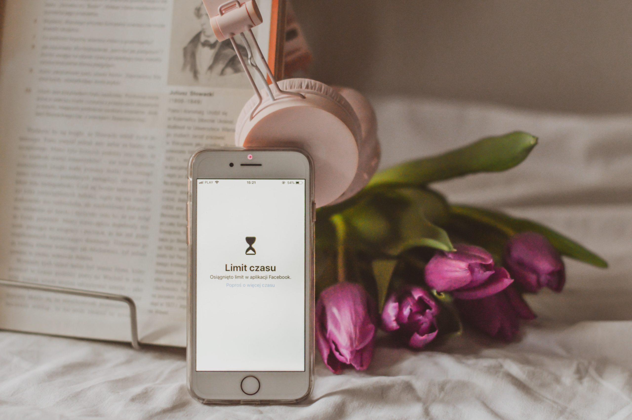 iphone, fioletowe tulipany, słuchawki, książka